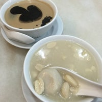 Photo taken at Tong Shui Desserts 糖水 by Lina Y. on 8/3/2015