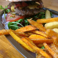 Das Foto wurde bei Rembrandt Burger von Caro am 8/17/2013 aufgenommen
