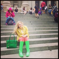 6/13/2013 tarihinde Elena G.ziyaretçi tarafından Metropolitan Museum Steps'de çekilen fotoğraf