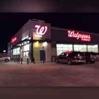 รูปภาพถ่ายที่ Walgreens โดย Read J. เมื่อ 1/18/2014