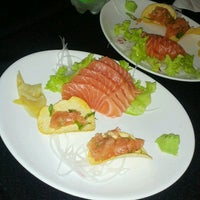 Photo taken at Sushi Tsuru by Léia Regina I. on 10/9/2012