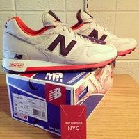 Foto tirada no(a) New Balance NYC Flagship Store por Witchaphun P. em 9/27/2013