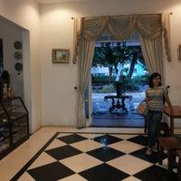 Photo taken at Kedai Aer Mantjoer (Steak Kayu Bakar) by Sisca Ludji Sasellah on 1/12/2014