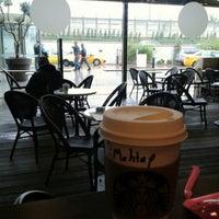 10/18/2013 tarihinde Fatma D.ziyaretçi tarafından Starbucks'de çekilen fotoğraf