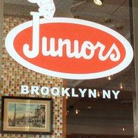 Foto tirada no(a) Junior's Restaurant & Bakery por Claryssa D. G. em 9/17/2012
