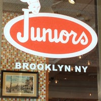 Foto tomada en Junior's Restaurant & Bakery por Claryssa D. G. el 9/17/2012