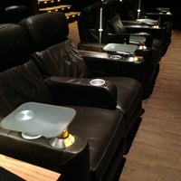 Photo prise au Cinepolis Luxury Cinemas par Lauren A. le12/1/2012