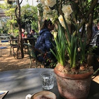 Foto scattata a Petersham Nurseries Cafe da Mona il 4/22/2017