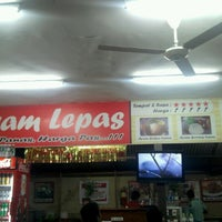 Photo taken at Warung Ayam Lepas by Dedy A. on 10/18/2012