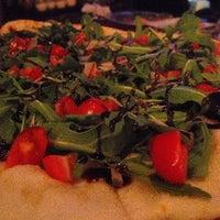 Foto tirada no(a) Rizzo's Fine Pizza por Geb H. em 3/20/2014