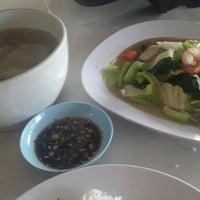Photo taken at 白糖海鲜饭店 by Kelly Chew on 4/10/2016
