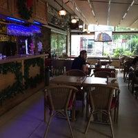 Foto tirada no(a) Match Cafe por Seda A. em 5/21/2017
