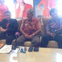 Photo taken at Balai Berlepas Antarabangsa Skypark by Teng W. on 10/6/2013