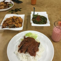 Photo taken at 竹林素食 Chuk Lim Vege by Zi C. on 8/6/2015