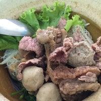 Photo taken at ก๋วยเตี๋ยวเนื้อวัวนายใช้ (บ้านแพน) by Narongkorn J. on 12/1/2015
