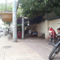 Photo taken at Bus Stop Coffee and Motorcycle Maintenance Family by Gra H. on 8/1/2013