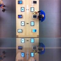 รูปภาพถ่ายที่ Apple Ginza โดย A K. เมื่อ 4/29/2013