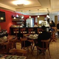 Foto tirada no(a) Cafe Com Bolhas por Catia Z. em 7/30/2013
