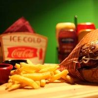 8/22/2014 tarihinde Dogan O.ziyaretçi tarafından Retro Burger'de çekilen fotoğraf