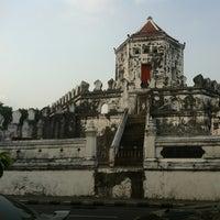 Das Foto wurde bei Phra Sumen Fort von beau b. am 2/3/2013 aufgenommen