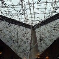 Foto tirada no(a) Pyramide Inversée du Carrousel por Juvenal M. em 11/17/2013