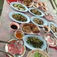 Photo taken at ส้มตำหลังสวนพี่ตุุ๊ by Thanaporn S. on 8/16/2013