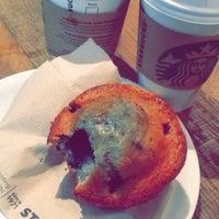 Foto tirada no(a) Starbucks por Pit C. em 10/31/2015