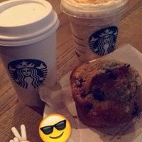 Foto tirada no(a) Starbucks por Pit C. em 7/9/2015