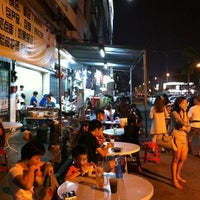 Photo taken at Raja Uda Famous Kwang Hwa Tom Yam Noodle by Lim K. on 3/8/2014
