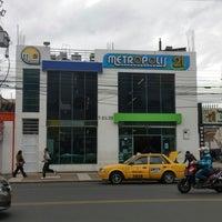 Photo taken at Supermercado Metropolis 21 by Manuel C. on 10/22/2014