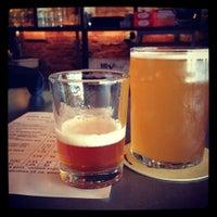 7/14/2012 tarihinde Jennifer W.ziyaretçi tarafından Alphabet City Beer Co.'de çekilen fotoğraf