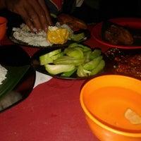 Photo taken at Waroeng Tiki Taka Sambel Setan by Danz S. on 1/24/2014