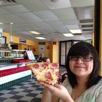 Снимок сделан в Carmine's Pizzeria пользователем Isaac R. 8/8/2013