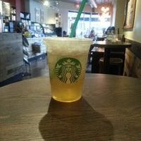 Foto tomada en Starbucks por Jesse S. el 5/12/2013