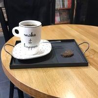 Photo prise au Nostalji Kitap & Kahve par Soydan Z. le12/30/2017