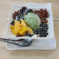Photo taken at QQ Snowmix Taiwanese Dessert by Rudy A. on 8/16/2014