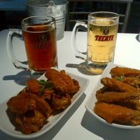 Photo taken at Vancouver Wings & beer by Alberto G. on 8/28/2013
