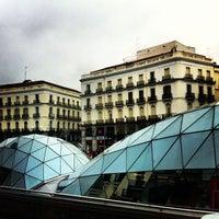 Photo taken at Parada Madrid CityTour  Puerta del Sol by Sergio M. on 12/27/2013