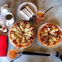 Photo taken at Artisans Pizza by Ehsan Hanafi on 11/28/2013