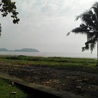 Foto tirada no(a) Pantai Mersing por mad h. em 9/12/2014
