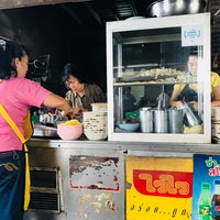Photo taken at ก๋วยเตี๋ยวหมูบ้านบึง(เจ้าเก่า) by khunnad on 8/27/2018