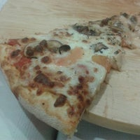Photo taken at Tomate y Queso Pizza by Krawel on 1/23/2014