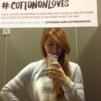 Das Foto wurde bei Cotton On von shamay b. am 10/10/2013 aufgenommen