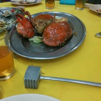 Photo taken at Restaurant Foong Yit 風月海鮮飯店 by Suet Yee T. on 8/2/2014