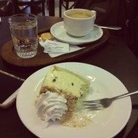 Foto tomada en Coffee & Choc por Madamme Q. el 10/7/2013