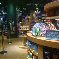 Foto tomada en Disney Store por Bluecat G. el 5/14/2012