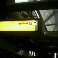 Das Foto wurde bei Newark AirTrain - Terminal A von Rob am 6/29/2012 aufgenommen