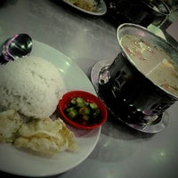Photo taken at Bakso Malang Karapitan (BMK) by elyunai s. on 12/21/2012