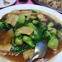 Photo taken at 高艺海鲜饭店 by Roxy Y. on 2/11/2013
