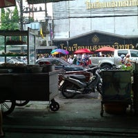 Photo taken at ลูกชิ้นหน้าแสงทอง by Into N. on 6/8/2012